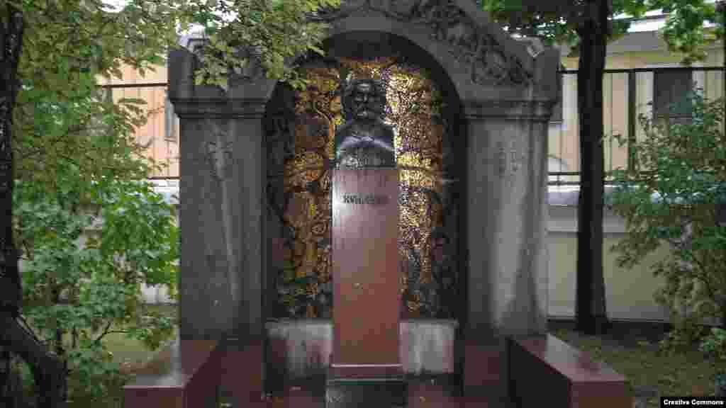 Куїнджі був похований на Смоленському кладовищі в Петербурзі. У 1952 році прах художника був перенесений у некрополь майстрів мистецтв в Олександро-Невській лаврі