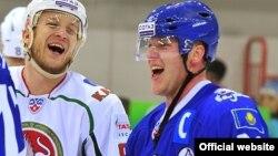 Хоккеист Кевин Даллмэн (справа). Астана, 6 октября 2012 года.