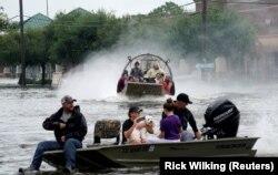 Люди рятуються від наслідків урагану