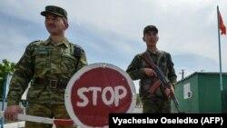Кыргызские пограничники на границе с Таджикистаном. Архивное фото.