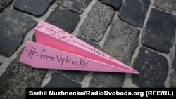 На Майдані Незалежності пройшла акція «Літачки для Валентина Вигівського»
