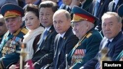 Rusiya prezidenti Vladimir Putin, Çin lideri Xi Jinping və Qazaxıstan prezidenti Nursultan Nazarbaev 9 May paradında - 2015
