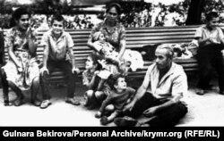 Семья Рустема Карабаша в городском парке Симферополя после очередного, седьмого, выселения из Крыма