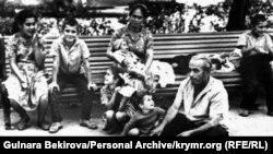 Сім'я Рустема Карабаша в міському парку Сімферополя після чергового, сьомого, виселення з Криму