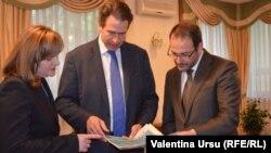 Trei diplomați la Chișinău: Natalia Gherman și oaspeții săi Gunnar Wiegand și Luc Devigne