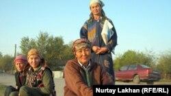 Женщины в ожидании работы. Село Жалгамыс, Талгарский район Алматинской области. 17 октября 2011 года.