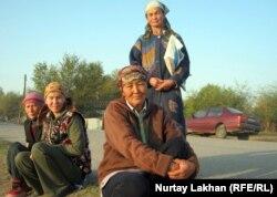 Безработные женщины ждут у дороги предложения о заработке. Село Жалгамыс Талгарского района Алматинской области. 7 октября 2011 года.