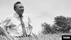 Президент Нұрсұлтан Назарбаев астықты алқапта. 1992 жыл.