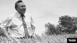 Президент Казахстана Нурсултан Назарбаев на пшеничном поле. 1992 год.