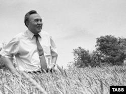 Нурсултан Назарбаев на пшеничном поле. 1992 год.