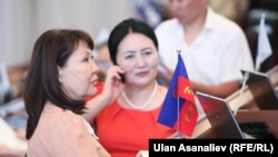 Парламент депутаттары Асия Сасыкбаева менен Эркингүл Иманкожоева
