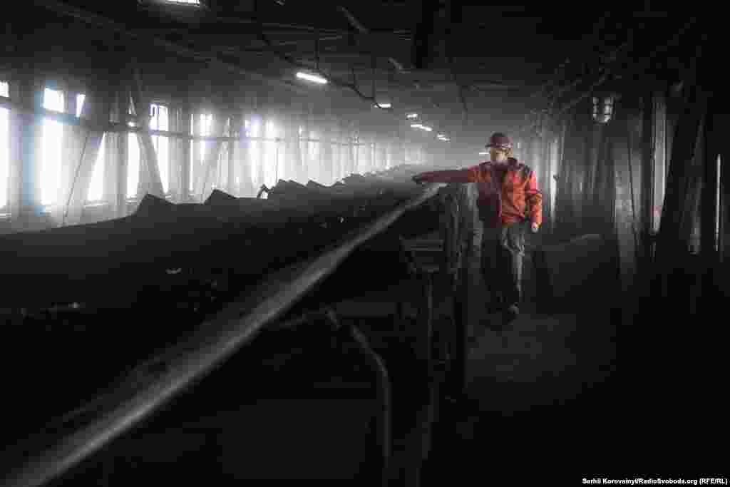 Уголь поднимается с обогатительной фабрики к бункерам, где его хранят до момента загрузки в вагоны