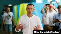 Святослав Вакарчук 22 липня звинуватив членів ОВК в тому, що вони вдалися до порушень щодо кандидатки від його політичної сили