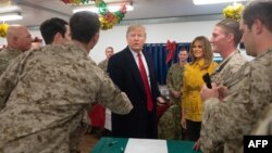 Presidenti amerikan, Donald Trump dhe Zonja e Parë, Melania Trump gjatë vizitës së tyre në Irak.