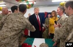 Президент Трамп встречается с американскими солдатами во время неожиданного визита в Ирак 26 декабря 2018 года