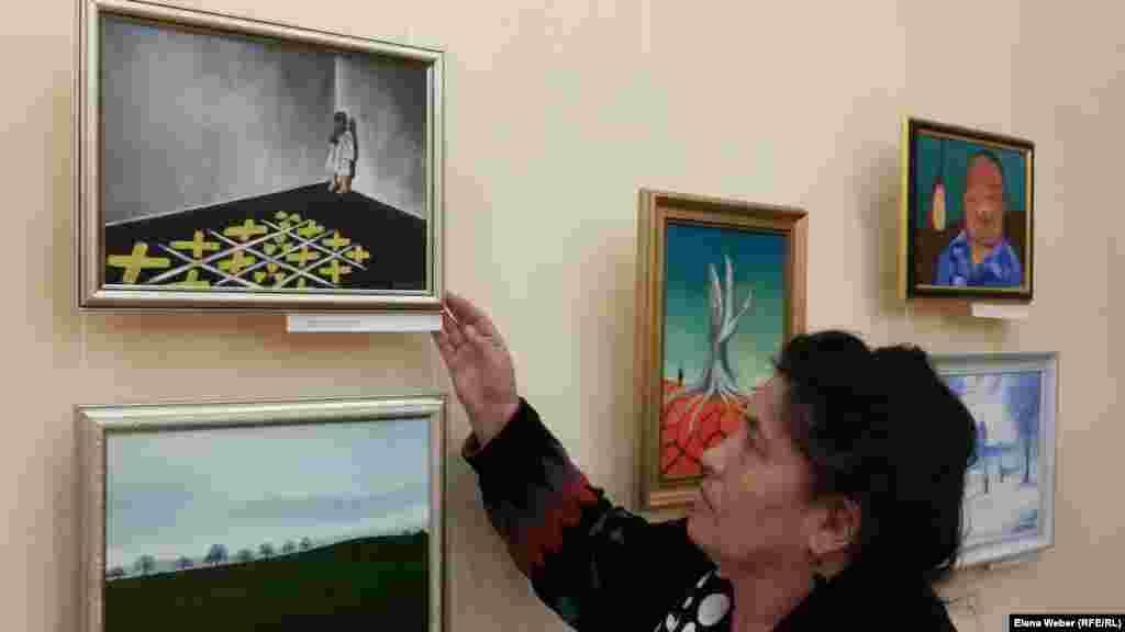 Около 60 работ 49-летнего художника Карипбека Куюкова представлено на персональной выставке в Караганде - городе, где он живет сейчас. Основная часть картин – на тему ядерного полигона, взрывов и его последствий, которые отразились на людях и природе.Очень часто на холсте можно увидеть страдающих детей.