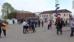 Выпускники поселка Чертково репетируют вальс
