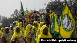 Gazdálkodók és agrármunkások tüntetnek az új agrártörvények ellen az észak-indiai Pandzsáb államban 2021. február 21-én.