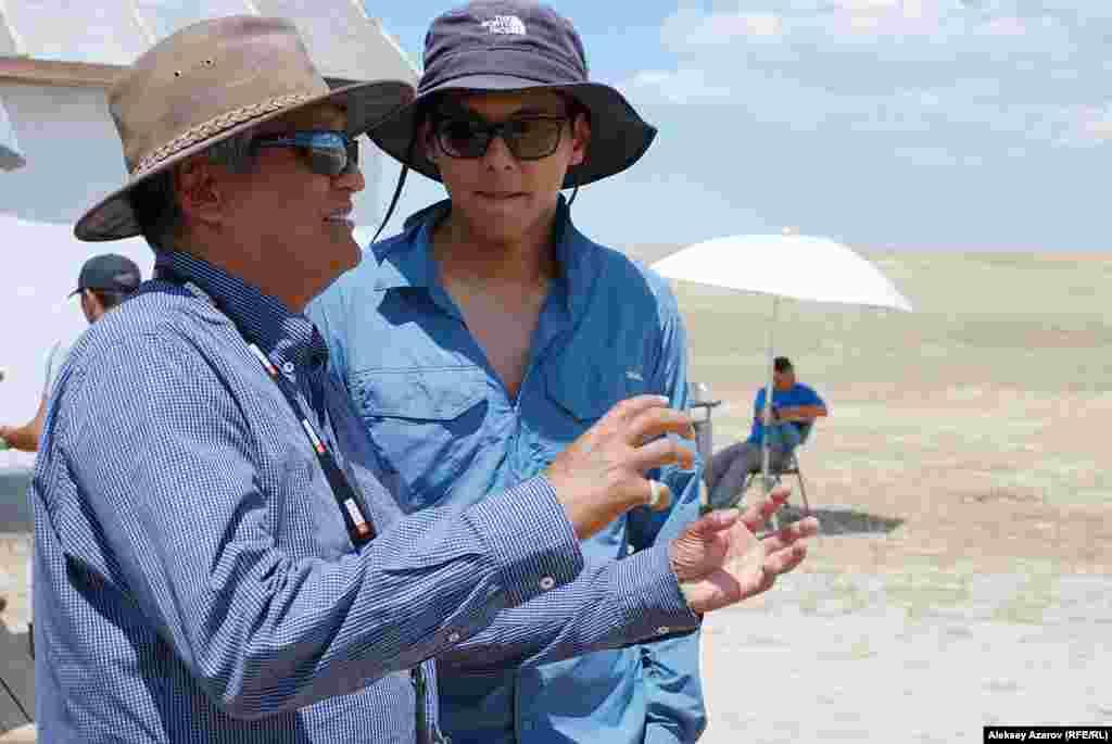Оператором-постановщиком картины выступил народный артист Кыргызстана Хасан Кыдыралиев, снявший 32 фильма, 17 из них — в Казахстане. На снимке (он справа) оператор-постановщик объясняет что-то своему коллеге.
