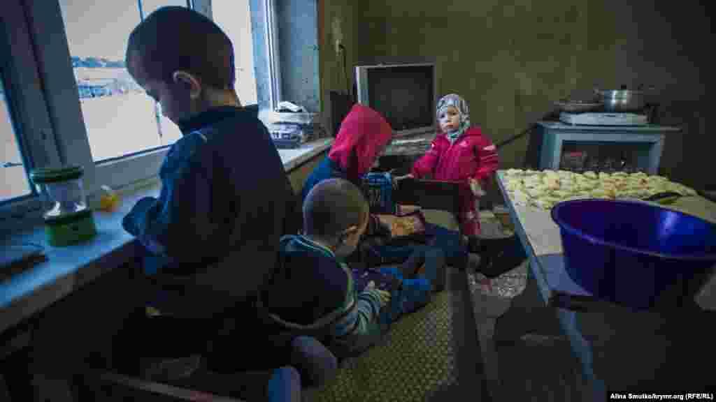 Діти Теймура і Аліме Абдуллаєвих грають на кухні в недобудованому батьківському домі