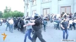 Ոստիկանները բռնի ուժ կիրառելով բերման են ենթարկել ցուցարարների ու լրագրողների
