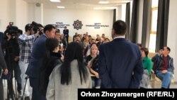 Заместитель генерального прокурора Казахстана Андрей Лукин (справа) выступает перед участниками долевого строительства жилого комплекса «Айсанам Deluxe» и журналистами. Астана, 20 сентября 2017 года.