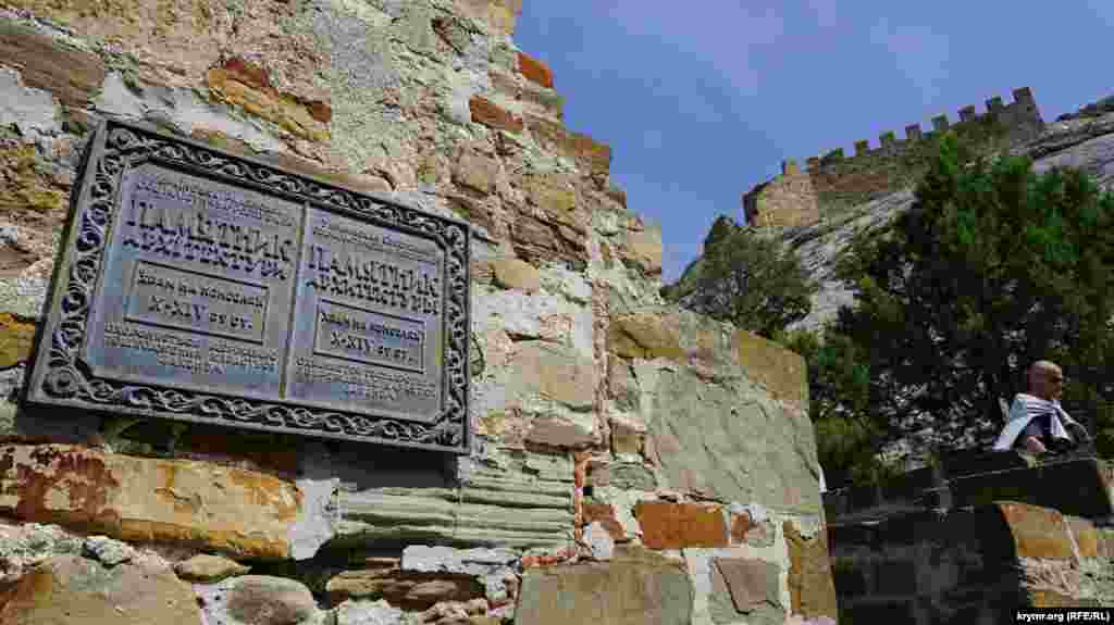 Qaleniñ tarihiy obyektlerindeki bütün qoruma levhaları Ukraina SSC zamanından qalma