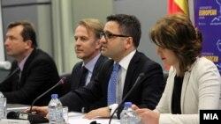 Zëvendëskryeministri i Maqedonisë, Fatmir Besimi dhe ambasadori i BE-së, Aivo Orav, gjatë një konference për media