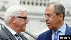 Министры иностранных дел Германии Франк-Вальтер Штайнмайер (слева) и России Сергей Лавров в Вене, 30 июня 2015 года.