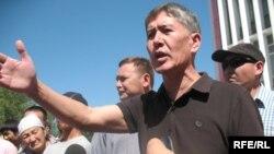 Лидер кыргызской оппозиции Алмазбек Атамбаев сообщает участникам акции протеста об отмене пешего марша. 30 июля 2009 года.