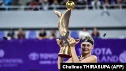 Українка Даяна Ястремська з трофеєм турніру в Таїланді, 3 лютого 2019 року