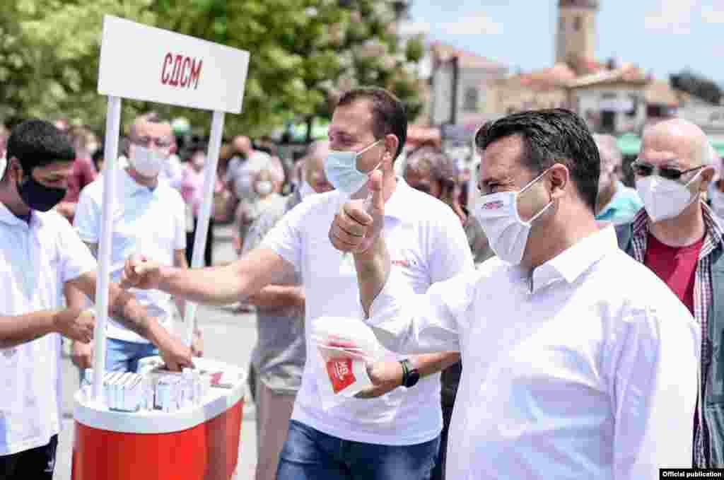 """Претседателот на СДСМ, Зоран Заев во изборна кампања. Слоганот на СДСМ за изборите е """"Можеме""""."""