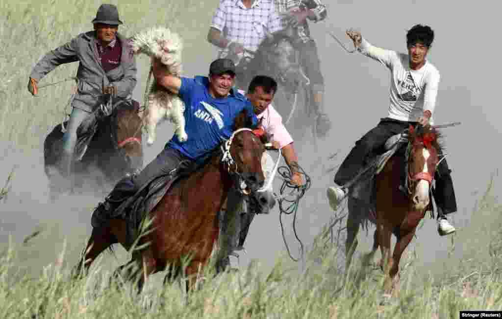 """""""Owlak gapdy"""" oýnuna gatnaşyjylar. Sinjiaň Uýgur awtonom regiony, Baýingol, Hytaý. China. (Reuters/Stringer)"""