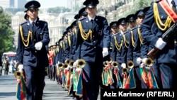 Военнослужащие азербайджанской армии во время парада в Баку, май 2013 г.