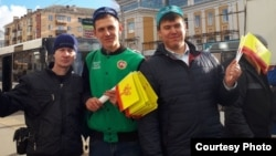 Татарские активисты раздают флаги Чувашии в Чебоксарах. Архивное фото