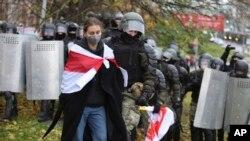 Полицията арестува протестиращ в Минск на 8 ноември 2020 г.