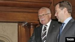 Чехия президенті Вацлав Клаус (сол жақта) пен Ресей президенті Дмитрий Медведев Барвихадағы резиденцияда. Ресей, 14 қазан 2009 жыл.