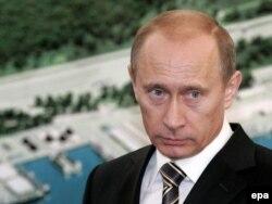 Vladimir Putin în 2008, pe atunci premier, la noul port Ust-Luga
