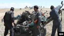 Ауғанстан күштері жол бойына қойылған бомбалық жарылыс орнында. сәуір. 2011