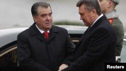Президент Таджикистана Эмомали Рахмон (слева) и президент Украины Виктор Янукович. Киев, 15 декабря 2011 года.