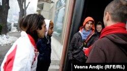 """Deca beskućnici koja zarađuju prodajući časopis """"Lice ulice"""""""