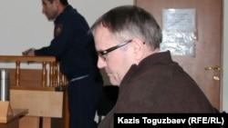 Серікжан Мәмбеталин және Ермек Нарымбаев ісіндегі куәгер Александр Ляхов. Алматы, 8 қазан 2016 жыл.