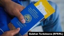 Паспорт гражданина КР и билет на самолет. Иллюстративное фото.