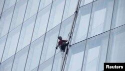 """Liesbeth Debbens din Olanda în timpul """"ascensiunii"""" pe clădirea Shard la Londra"""