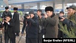 Оштогу журналисттер иш үстүндө, 8-январь, 2013-жыл