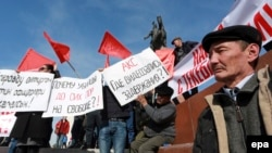 Сторонники оппозиционного кыргызского политика Омурбека Текебаева проводят митинг в его поддержку в Бишкеке, 27 февраля 2017 года.