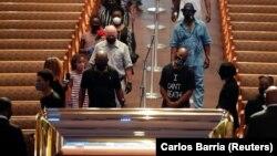 Тисячі людей прийшли до церкви у Г'юстоні, рідному місті Флойда, щоб віддати йому шану 8 червня