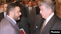 1999-cu ilin 27 oktyabrında qətlə yetirilmiş baş nazir Vazgen Sarkisian (solda) və spiker Karen Demircian