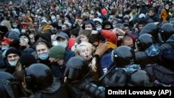 Судири со полицијата за време на протестот против затворањето на опозицискиот лидер Алексеј Навални во Санкт Петерсбург, Русија, сабота, 23 јануари 2021 година.