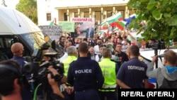 Хиляди протестиращи се събраха в центъра на София